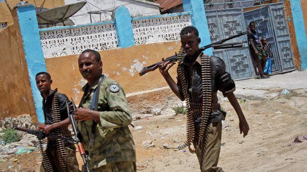 Солдаты армии Сомали патрулируют улицы Могадишо. Архивное фото