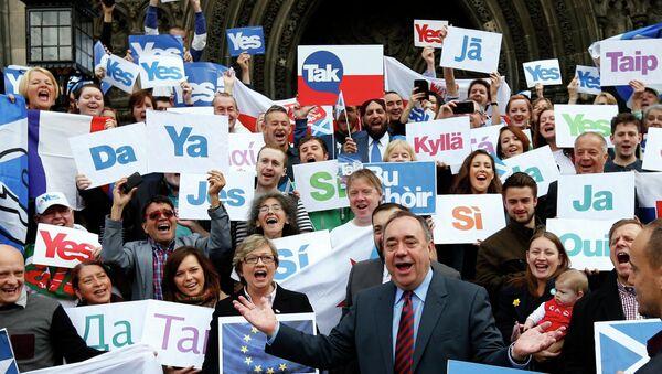 Первый министр Шотландии Алекс Салмонд участвует в акции в поддержку независимости Шотландии