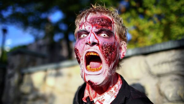 Мужчина в костюме зомби во время фотосессии для парка Filmpark Babelsberg