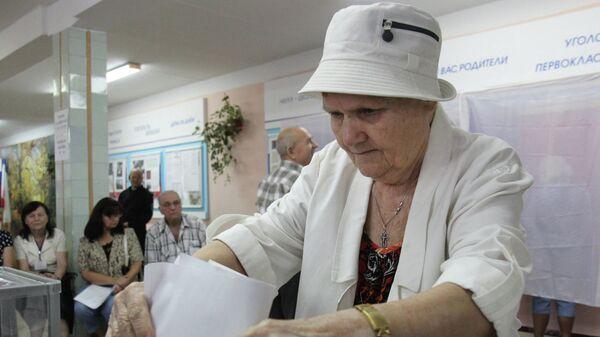Жительница Симферополя голосует на выборах