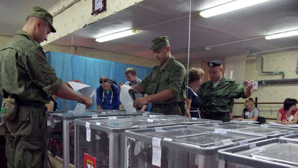 Военнослужащие на одном из избирательных участков города Севастополя во время выборов в Законодательное собрание Севастополя и муниципальные образования города