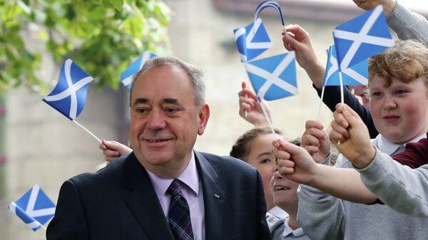 Первый министр Шотландии Алекс Салмонд после голосования в Стритчене, Шотландия