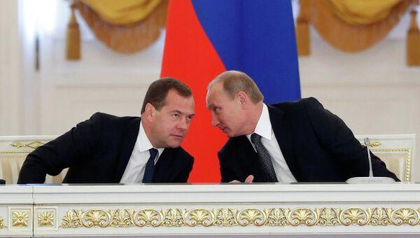 Президент России Владимир Путин (справа) и председатель правительства РФ Дмитрий Медведев на заседании Государственного совета РФ в Кремле. Архивное фото