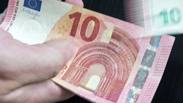 Новая банкнота достоинством 10 евро. Архивное фото