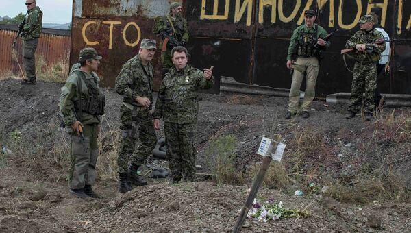 Бойцы народного ополчения возле братской могилы в селе Нижняя Крынка