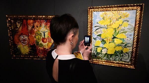 Посетитель на выставке живописи фигурантки дела Оборонсервиса Евгении Васильевой Цветы из неволи