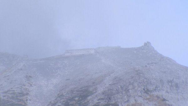 Белый пепел засыпал склоны вулкана Онтакэ после извержения