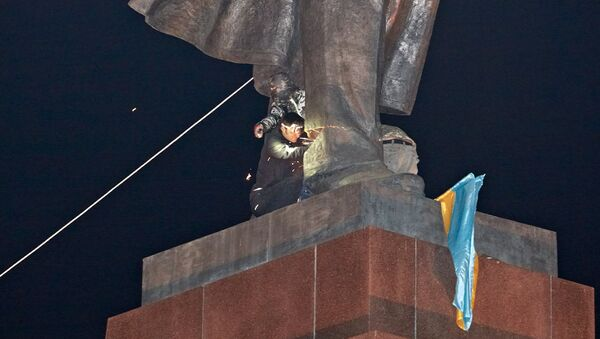 В Харькове снесли памятник Ленину