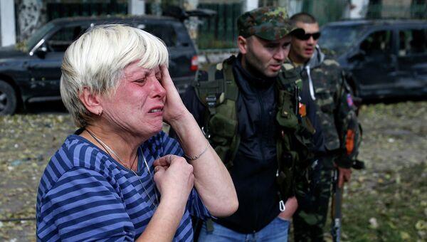Жительница Донецка у поврежденной в результате обстрела Донецка школы