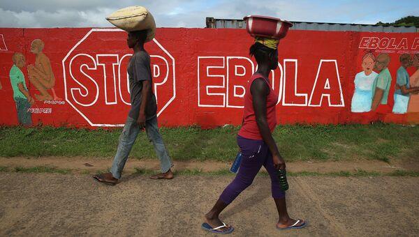 Стена с описанием симптомов лихорадки Эбола. Архивное фото