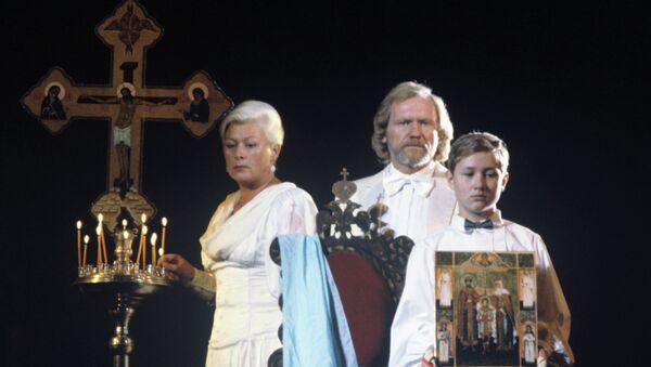 Сцена из спектакля Крест-Хранитель, посвященный великомученикам от безбожной власти убиенным