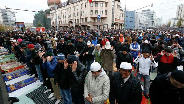 Мусульмане в день праздника жертвоприношения Курбан-Байрам у Соборной мечети в центре Москвы