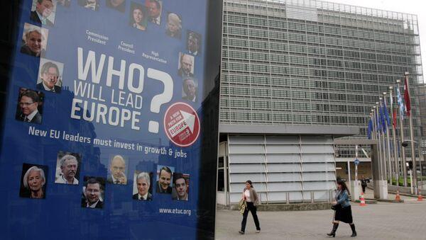 Постер на фоне здания Еврокоммиссии в Брюсселе