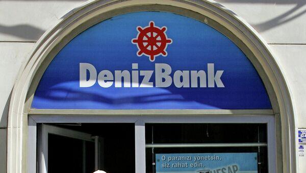 Мужчина выходит из здания DenizBank. Стамбул, Турция. Архивное фото