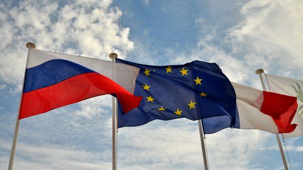 Флаги России, ЕС, Франции, архивное фото