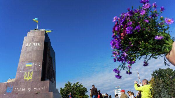Жители Харькова у разрушенного памятника Ленину. Архивное фото