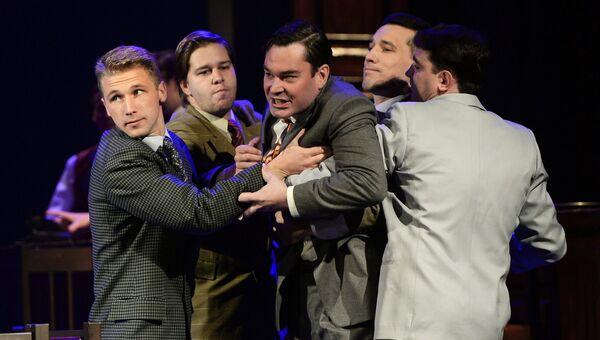 Актер Степан Морозов (в центре) в роли Лоусона в сцене из спектакля Нюрнберг