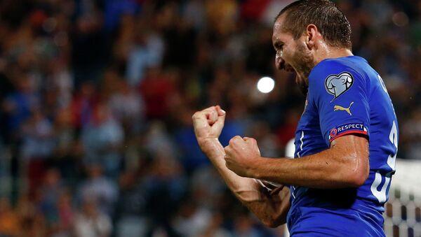 Футболист сборной Италии Джорджо Кьеллини празднует гол в ворота Азербайджана