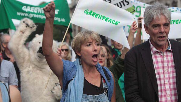 Британская актриса Эмма Томпсон и Джон Совен из Гринпис во время марша в Лондоне, Великобритания