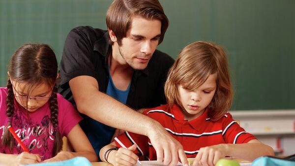 Преподаватель с учениками во время урока