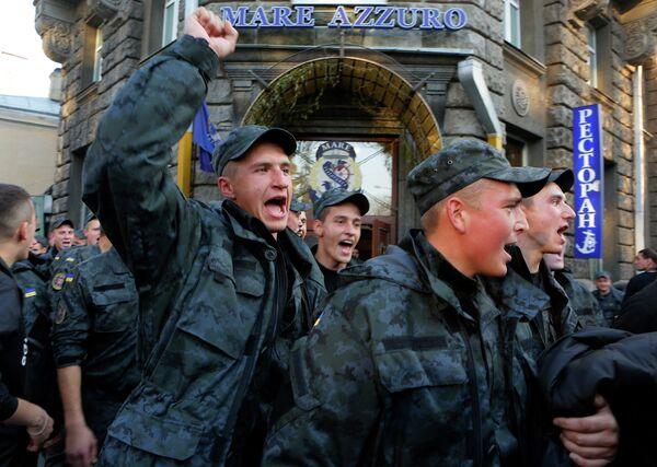 Бойцы Нацгвардии Украины устроили шествие к администрации президента в Киеве