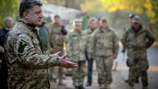 Президент Украины Петр Порошенко общается с военнослужащими украинской армии в Краматорске. Архивное фото