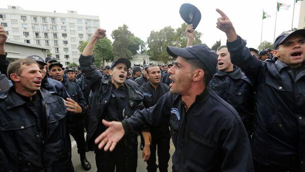 Алжирские полицейские акцию протеста перед президентским дворцом