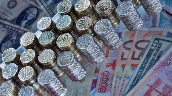 Рубли, евро и доллары. Архивное фото