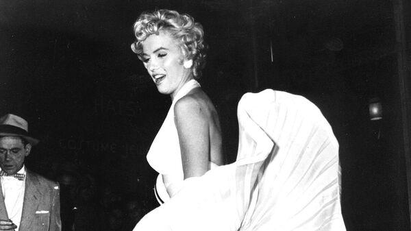 Американская актриса Мерлин Монро во время съемок фильма  Зуд седьмого года