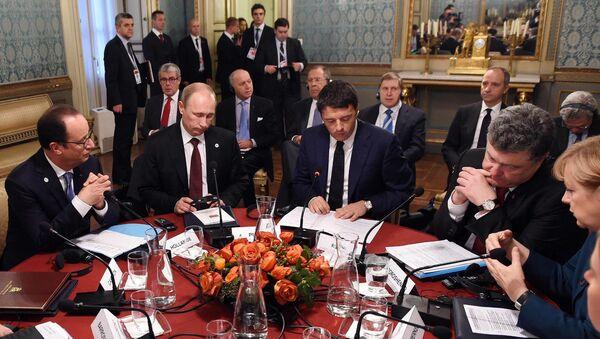 Владимир Путин во время рабочего завтрака в Милане 17 октября 2014