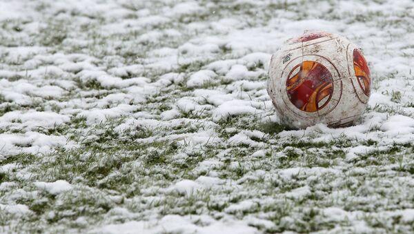 Футбольный мяч на снегу. Архивное фото