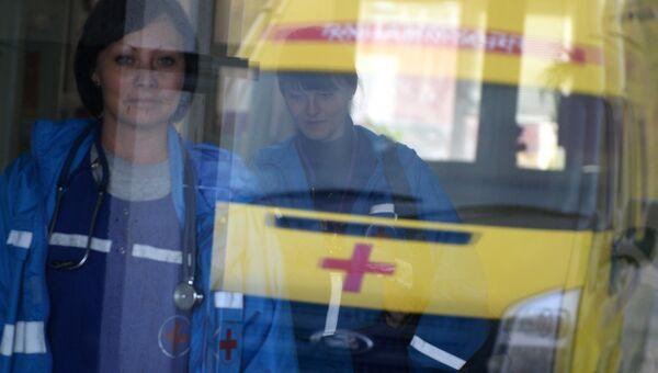 Врачи бригады скорой помощи в здании больницы, архивное фото