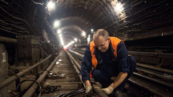 Специалист метрополитена во время работ по замене рельсов