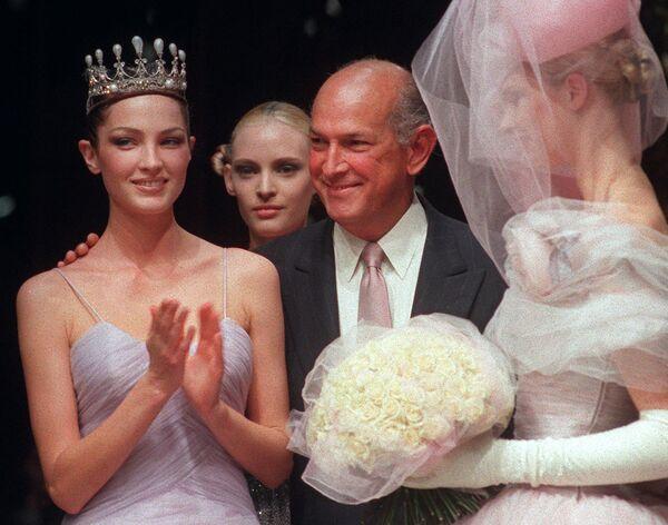 Американский модельер Оскар де ла Рента с моделями во время показа Pierre Balmain. Париж, 1997 год