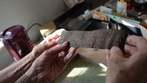 Берестяная грамота XI века, найденная археологами в Новгороде летом 2014 года