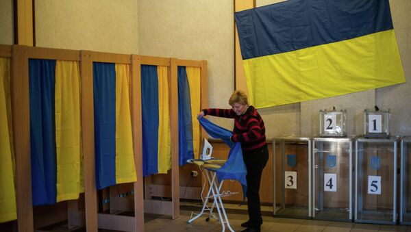 Член одного из избирательных участков готовит его к выборам в Верховную Раду Украины. Архивное фото