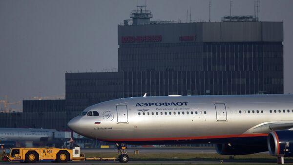 Самолет Airbus A330 авиакомпании Аэрофлот буксируется на взлетно-посадочную полосу. Архивное фото