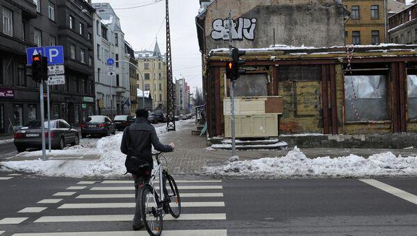 Прохожий на улице в центре Риги