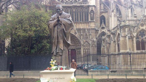 Памятник папе Иоанну Павлу II в Париже