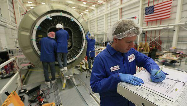 Работа по подготовке космического грузовика для ракеты-носителя Antares. Архивное фото