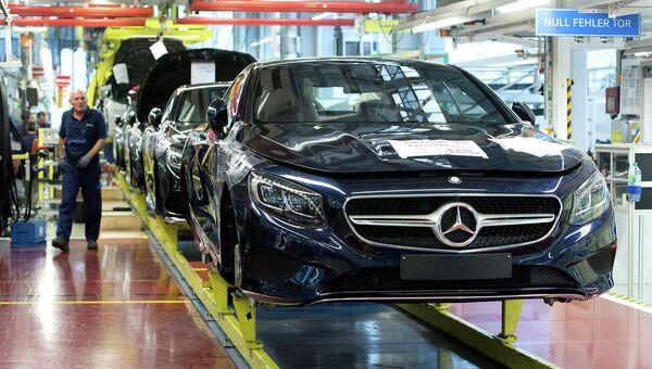 Производство автомобилей немецкой марки Mercedes-Benz. Архивное фото