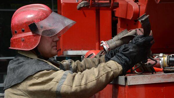 Пожарный работает на месте происшествия