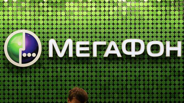 Продавец-консультант в офисе компании оператора мобильной связи Мегафон. архивное фото
