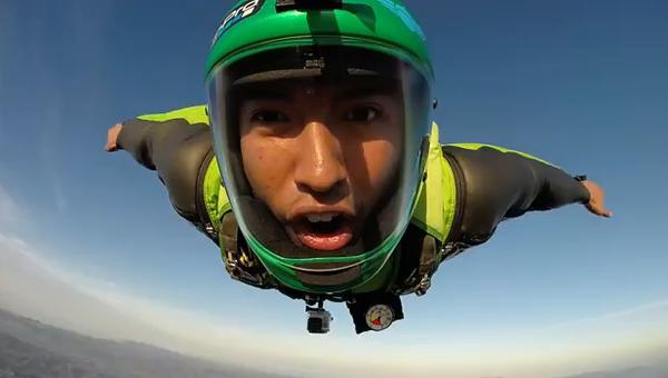 Как выглядит лицо парашютиста во время прыжка: от страха до восторга