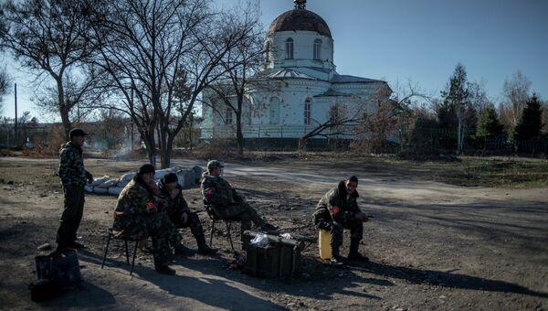 Бойцы ополчения ЛНР на блокпосту в поселке Новосветловка в Луганской области. Архивное фото