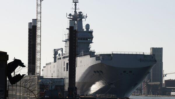 Универсальный десантный корабль Владивосток класса Мистраль в доках французской компании SNX France. Архивное фото