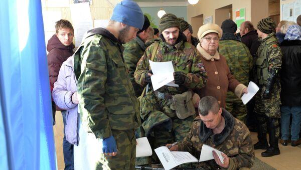 Ополченцы голосуют на выборах в ДНР