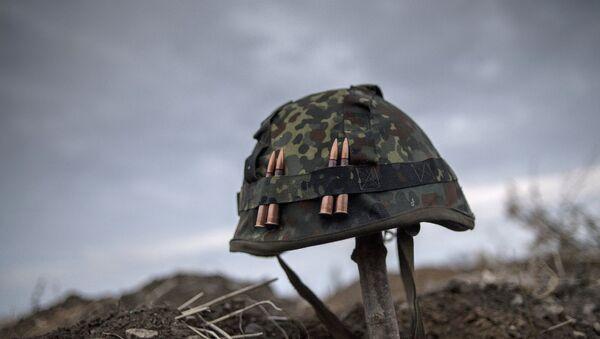 Каска одного из ополченцев Луганской народной республики на первой линии обороны в Славяносербском районе неподалеку от Луганска