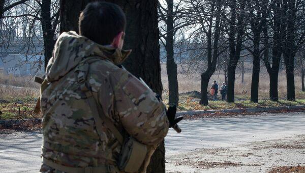 Ополченец в окрестностях аэропорта Донецка. Архивное фото