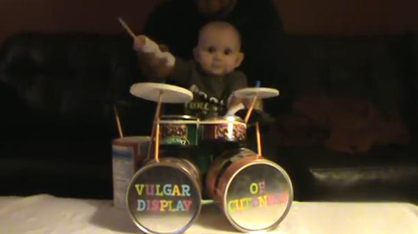 Впечатляющая партия малыша на барабанной установке